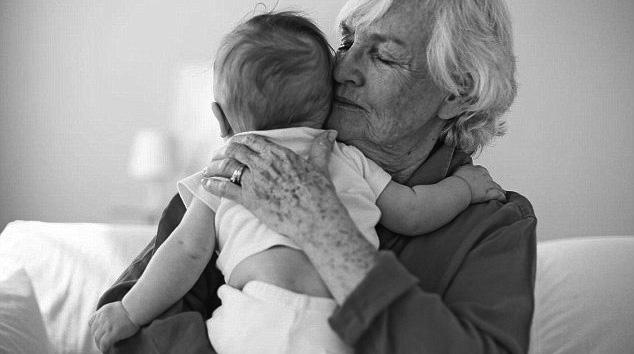 Por el trabajo que realizan las abuelas en el cuidado de los hijos no se les paga.