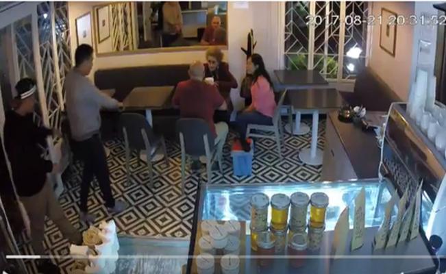 A finales de agosto, tres sujetos asaltaron a mano armada a los comensales de un café en Coyoacán.
