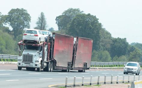 Los camiones de doble remolque seguiran circulando en 2018, pese a accidentes causados por los mismos.
