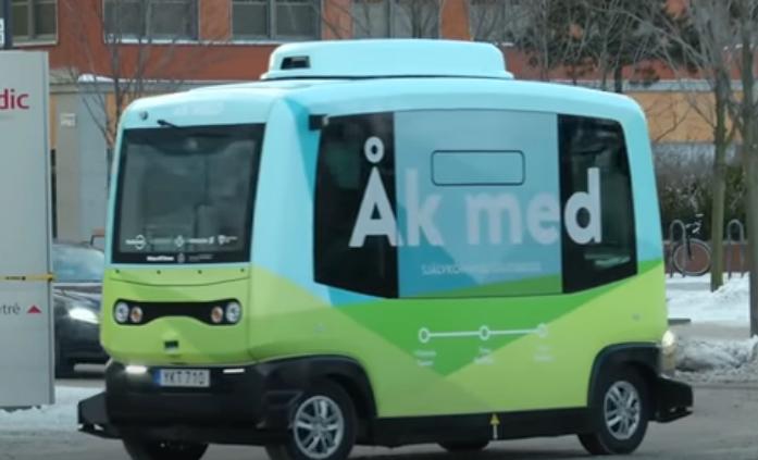 El primer autobús autónomo ya circula por las calles de Estocolmo. Foto: YouTube /  CGTN