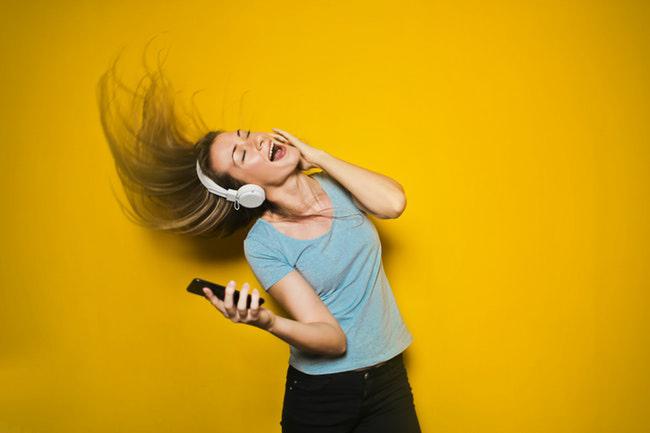 La popularidad de los dispositivos de Apple ha ayudado a que su servicio de música aventaje a Spotify