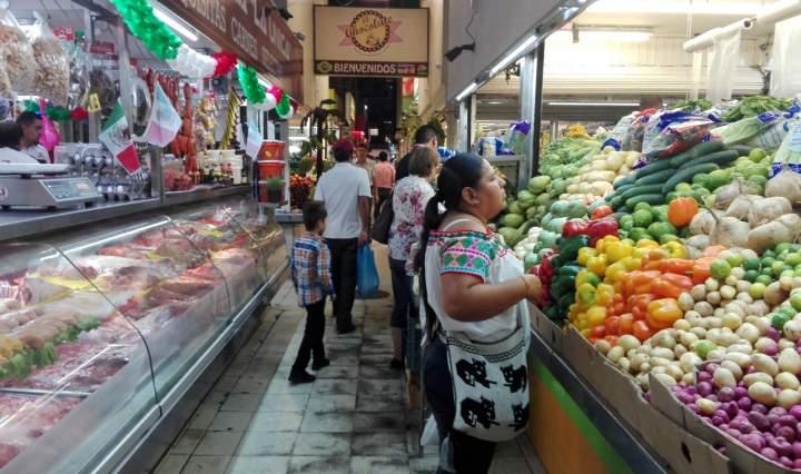 20 de las 32 entidades del México, la población no puede adquirir la canasta alimentaria, ya que el ingreso laboral pasó de 1,711 pesos mensuales a 1, 669 pesos en tan solo un año.