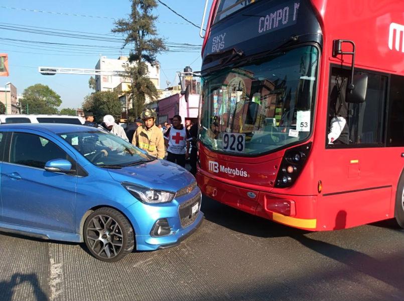 Foto: Primer choque del Metrobús/ Twitter @252COMS