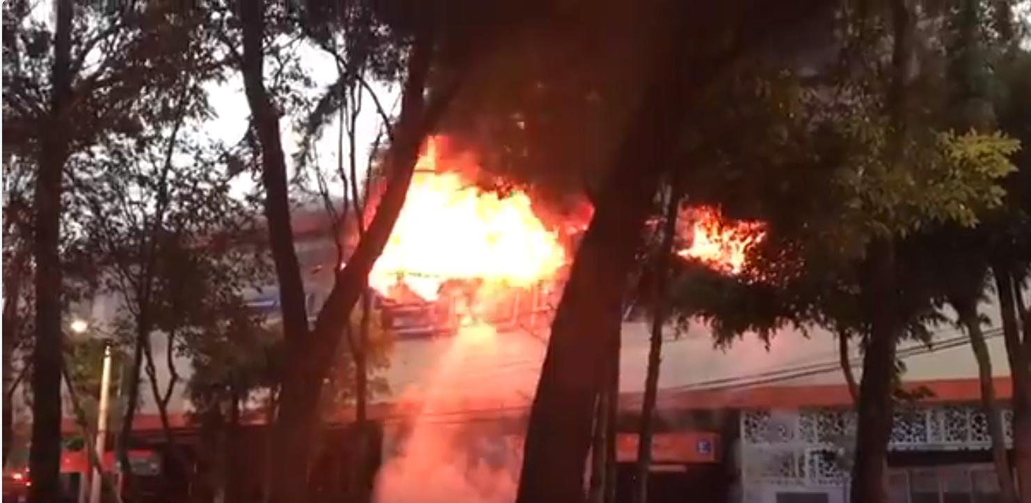 El incendio en Chedraui alcanzó un tanque de gas en panadería lo que hizo que extendiera en toda la tienda. Foto: Twitter / @canitus