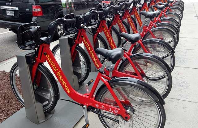 Además del robo y el vandalismo, la obstrucción de la vía pública por bicicletas abandonadas es otro reto que enfrenta este experimento en movilidad urbana (Foto: Mike Mozart)