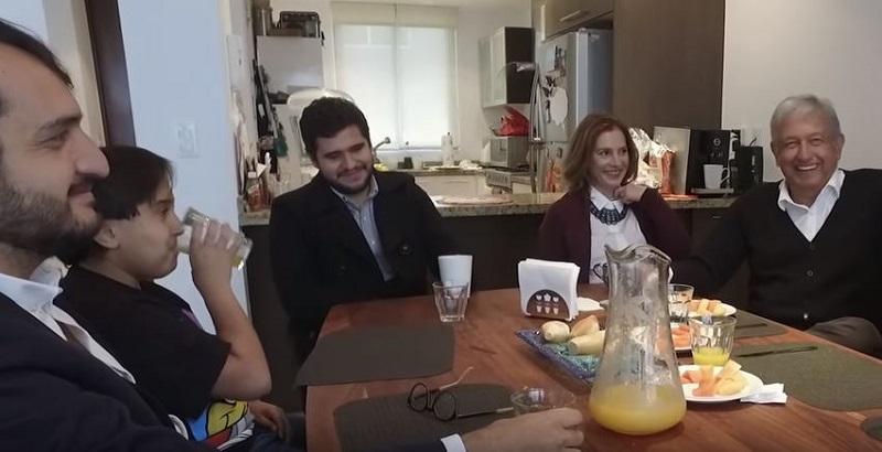 Andrés Manuel López Obrador en casa con su familia.