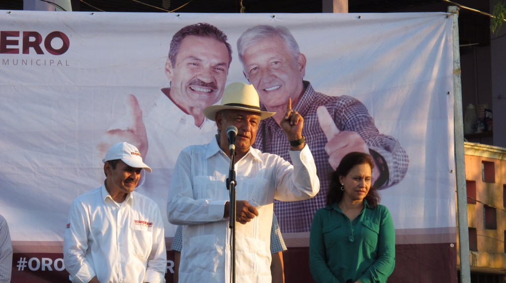Octavio Romero y López Obrador en un acto de campaña en la colonia Francisco Villa, Villahermosa, Tabasco (Foto: Lopezobrador.org.mx)