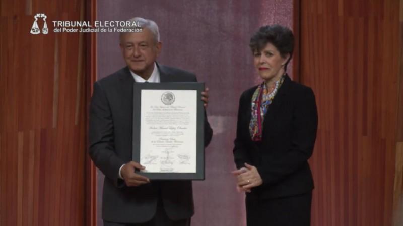 Andrés Manuel López Obrador recibe Constancia de Mayoría como presidente electo Foto: Twitter Tribunal Electoral del Poder Judicial de la Federación @TEPJF_informa