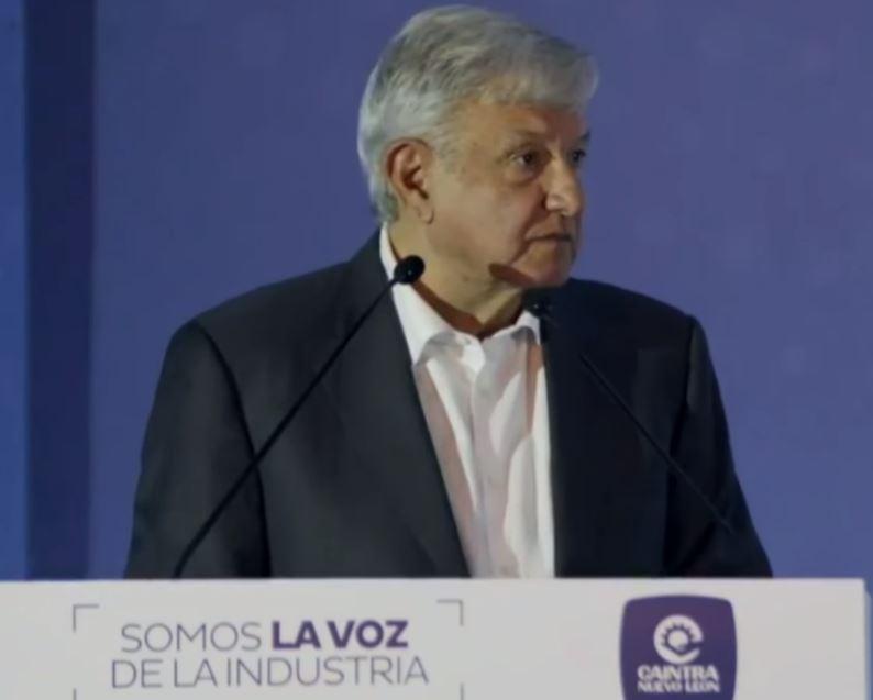 Obrador en conferencia con empresarios de Nuevo León.