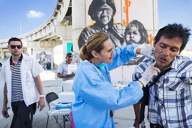 Doctora de la Universidad de San Diego examina a consumidor de drogas en Tijuana como parte de un programa de prevención de VIH auspiciado por la institución. Imagen: Jonhn Cohen y Malcom Linton en