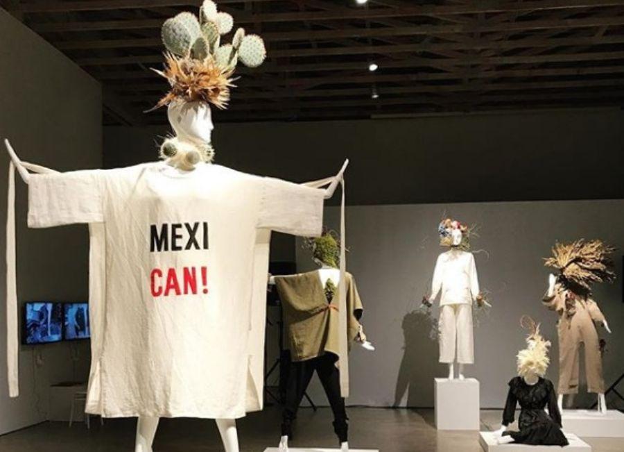 Los tocados de las maniquís que portan las prendas de la colección primavera/verano 2019 de Carla Fernández están inspirados en Frida Kahlo. (Foto: Instagram @carlalfernandezmx).