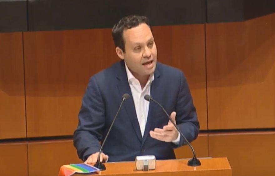 Senador Clementes Castañeda argumentando que la Ley no puede tener dedicatoria.