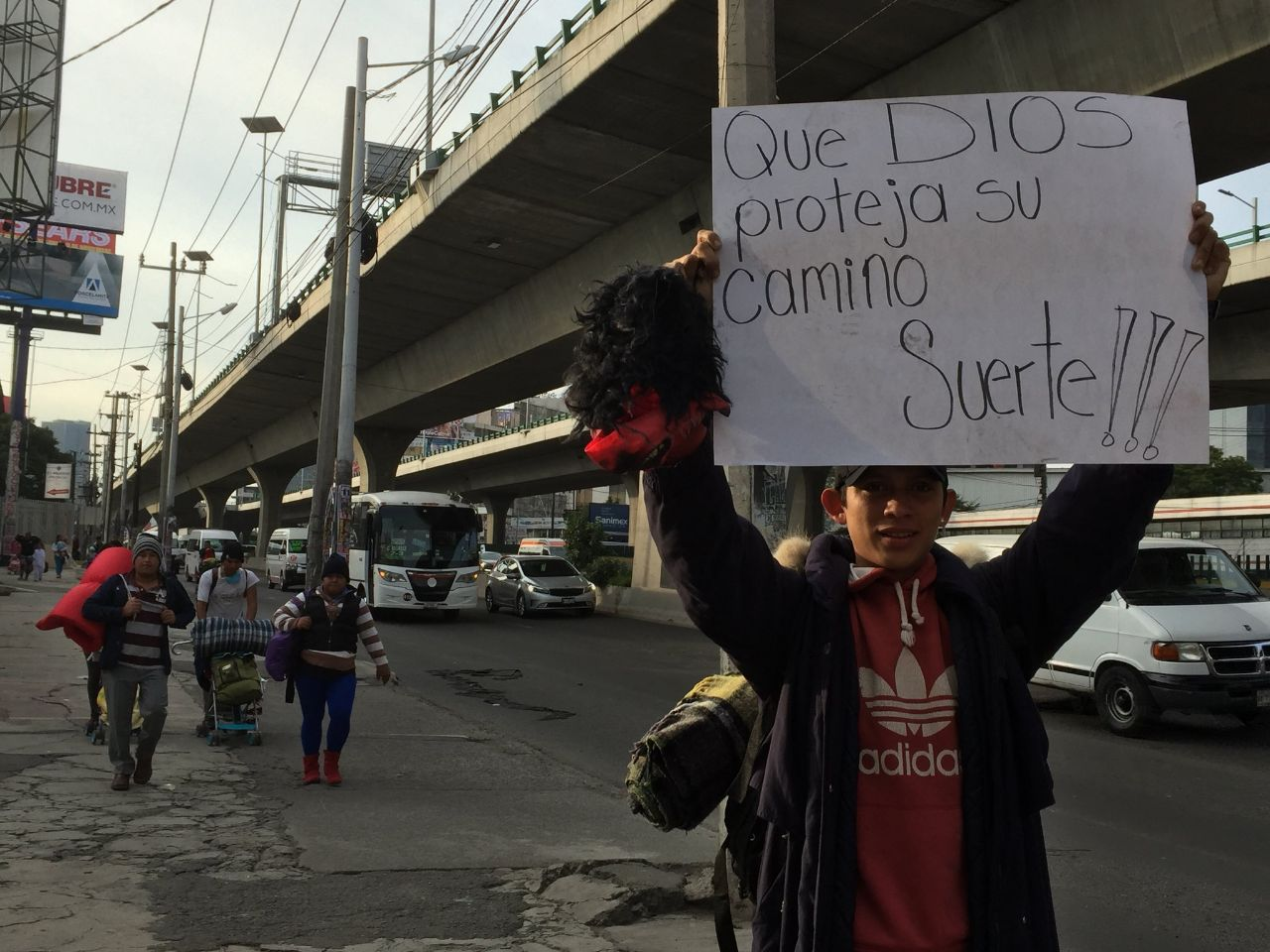 Solidaridad en CDMX al salir la primera caravana de la ciudad (Twitter:@andalalucha)