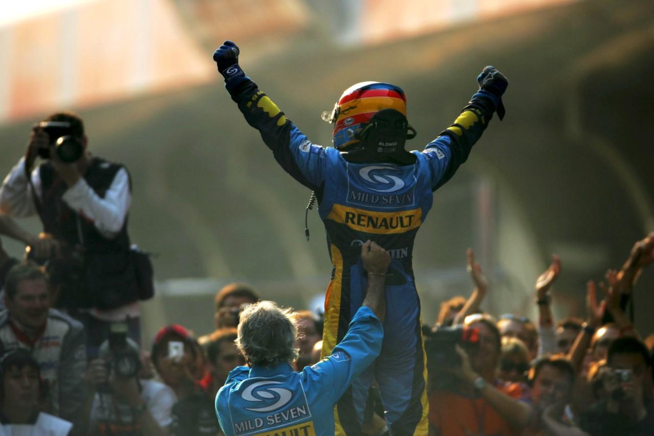 Fernando Alonso celebrando su conquista de la cima de la Fórmula 1 en 2005