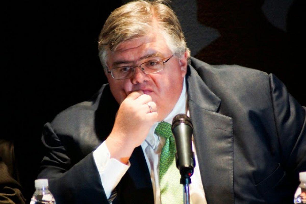 El gobernador del Banco de México, Agustín Carstens, continuará al frente del banco central por cinco meses más de lo previsto.