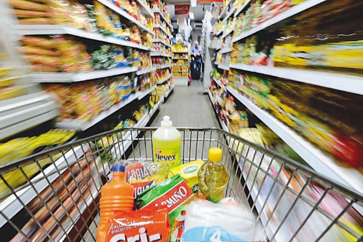 La consecuencia de la depreciación del peso será una disminución en el número de cosas que los ciudadanos pueden adquirir con sus ingresos porque los precios se elevarán.