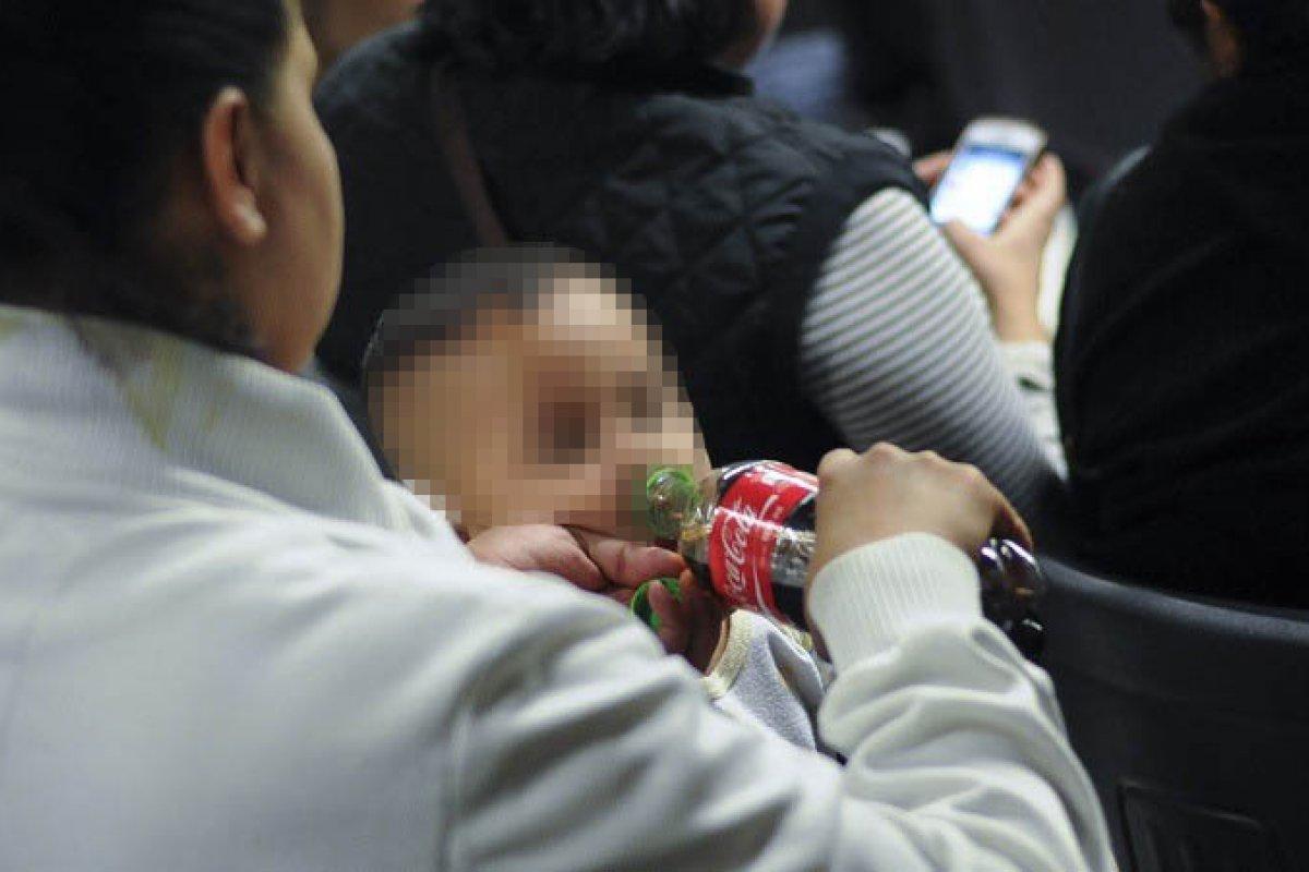 Los malos hábitos comienzan desde la infancia, a 30% de los bebes mexicanos entre 6 y 11 meses les dan refresco.