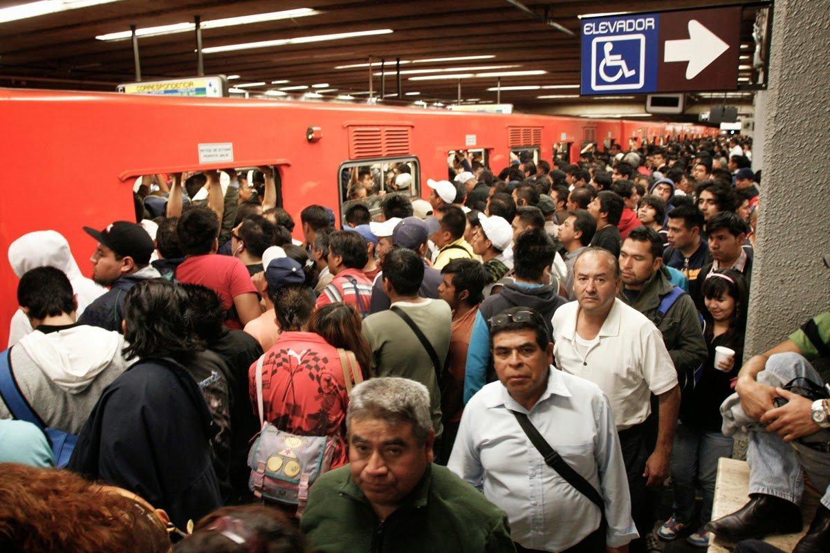 La saturación del transporte público es uno de los efectos de que la gente viva lejos de sus trabajos.