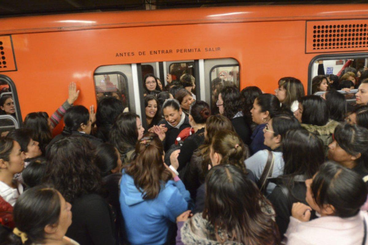 El Metro está saturado. Tiene capacidad para 3 millones de pasajeros, en promedio al día, pero en realidad lo abordan 5.5 millones.