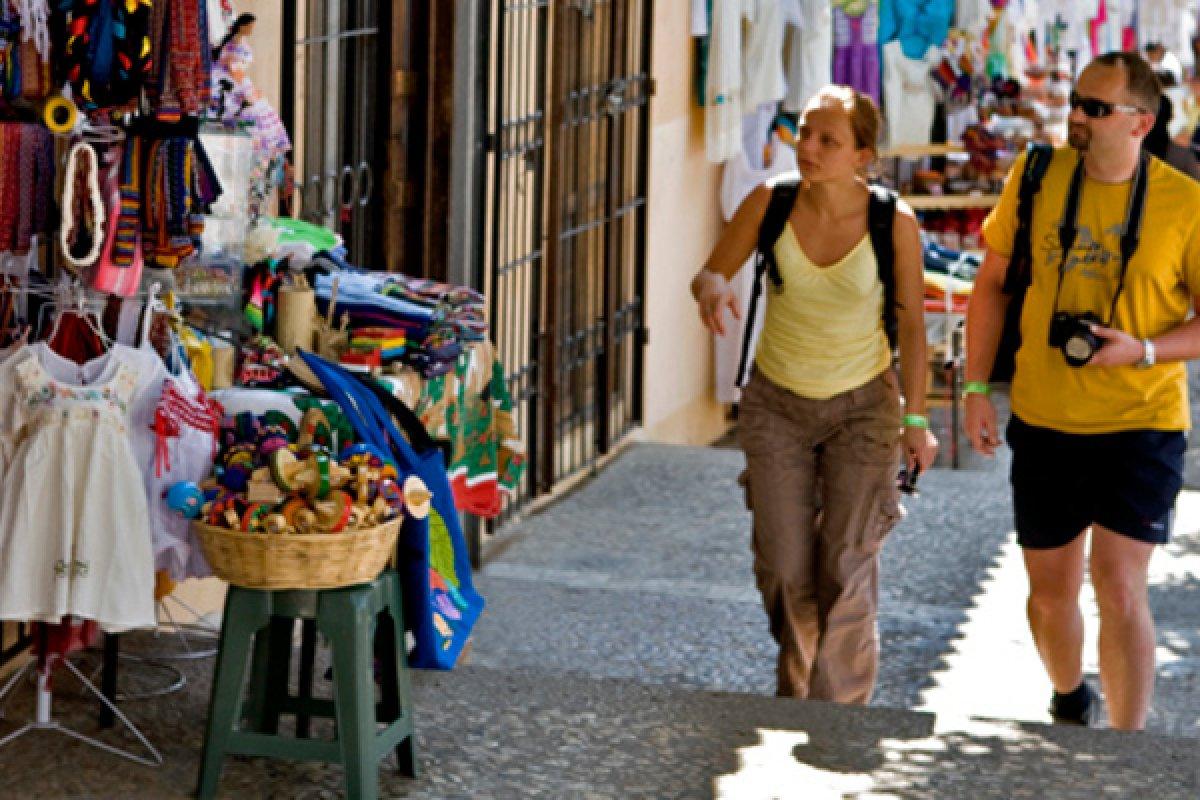 Hay una característica del turista extranjero que viene al país: viene por estancias cortas y gasta poco dinero.