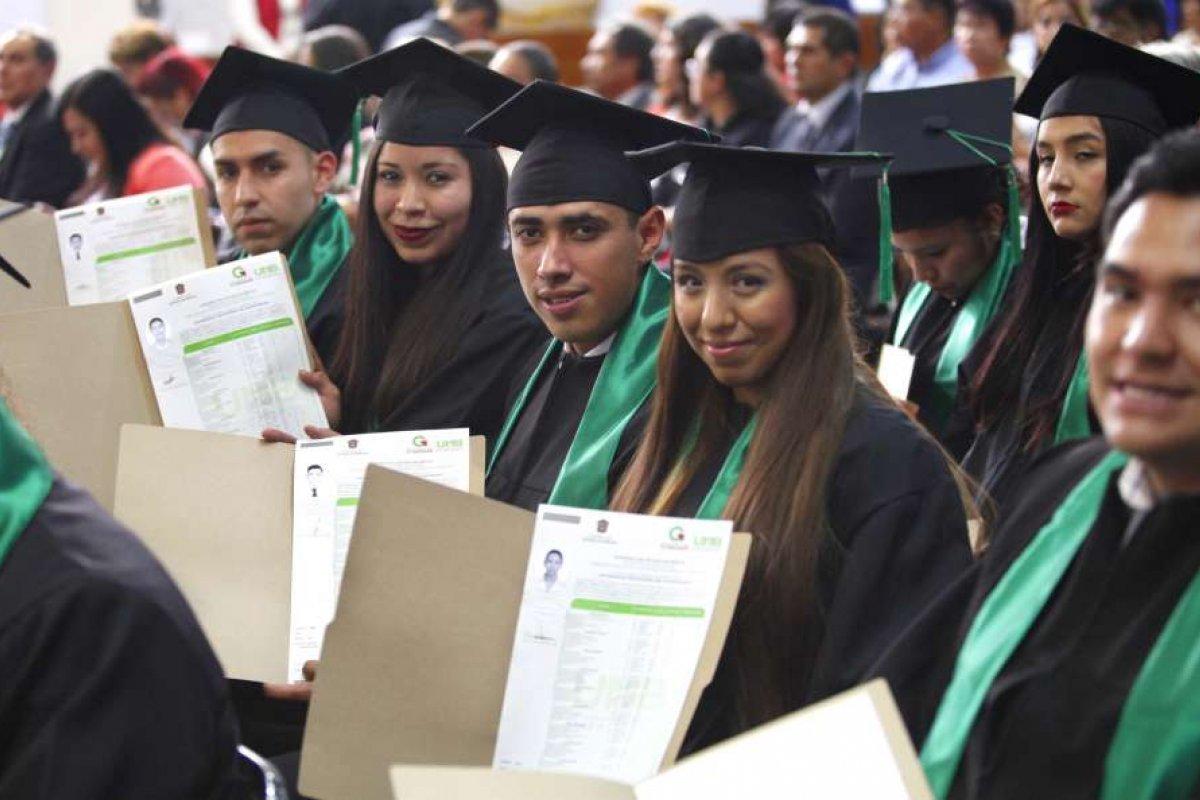 La diferencia en ingreso entre quienes estudian y quienes no lo hacen es cada vez menor.