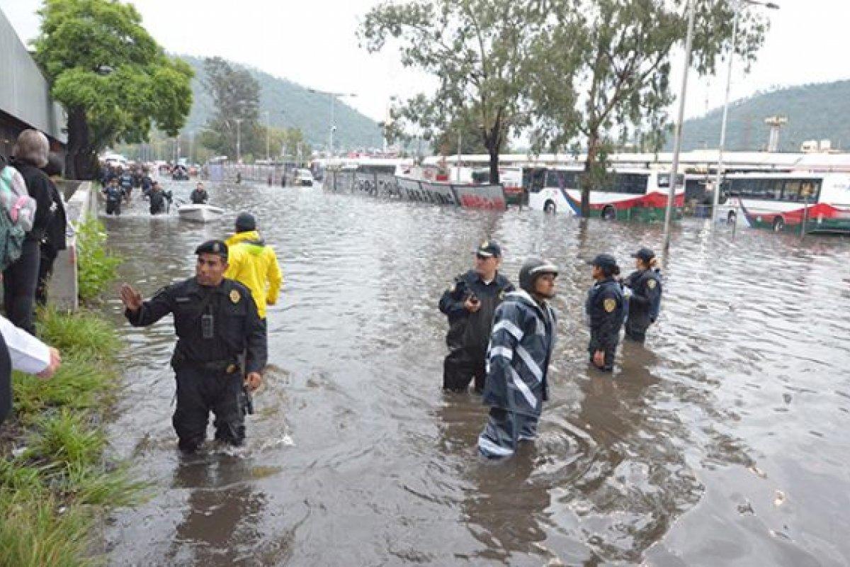 Las inundaciones han afectado el servicio del metro y ocasionado caos vial en la CDMX.
