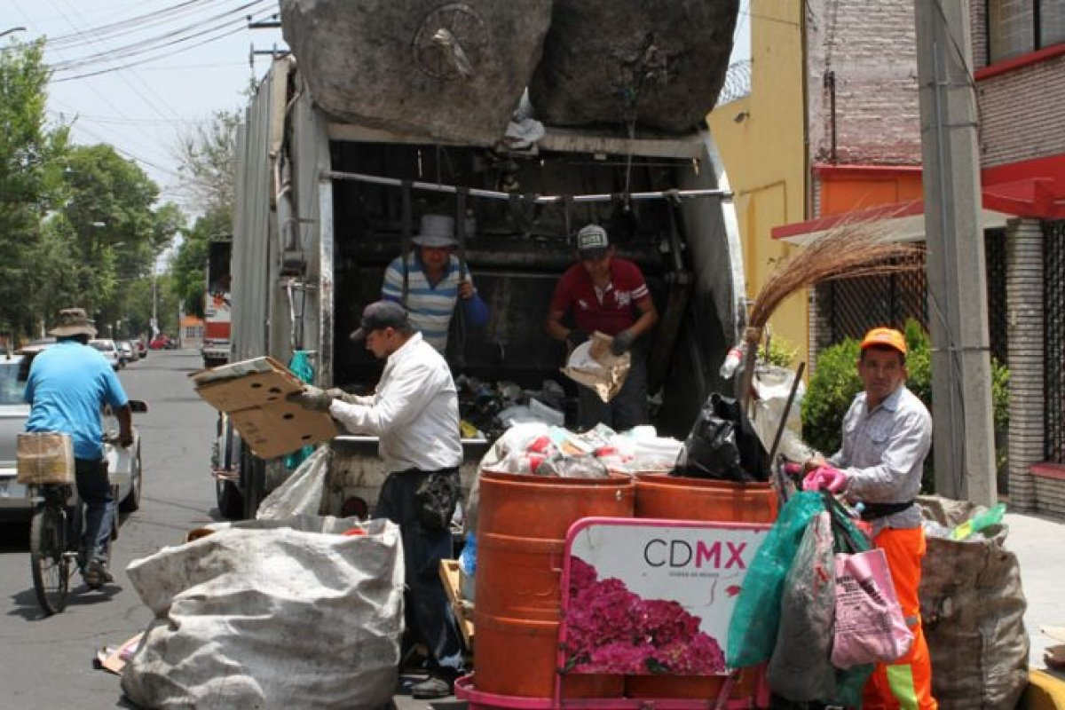En los camiones de basura se recolectan 9 mil 700 toneladas de basura al día.