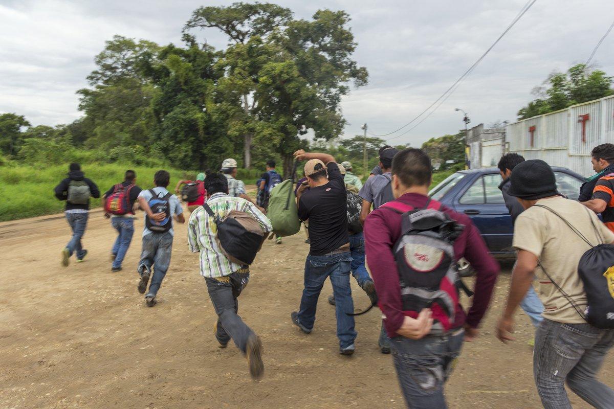 Pistolas de descargas eléctricas y con balas de goma, son algunas de las armas no letales utilizadas por los agentes del INM en la detención de inmigrantes.