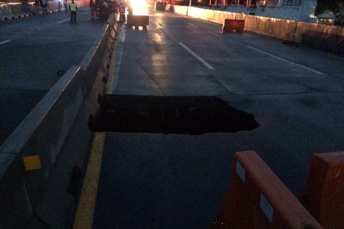 Un auto con dos pasajeros cayó en el socavón. Foto: Twitter / @MorelosNoAvanza