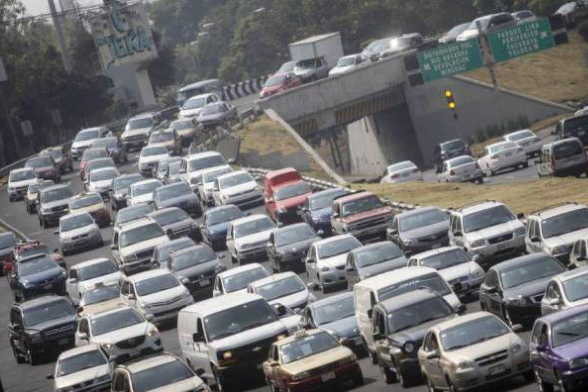 Los gobiernos enfrentan la paradoja de tener que desarrollar transporte público y mantener las vialidades.