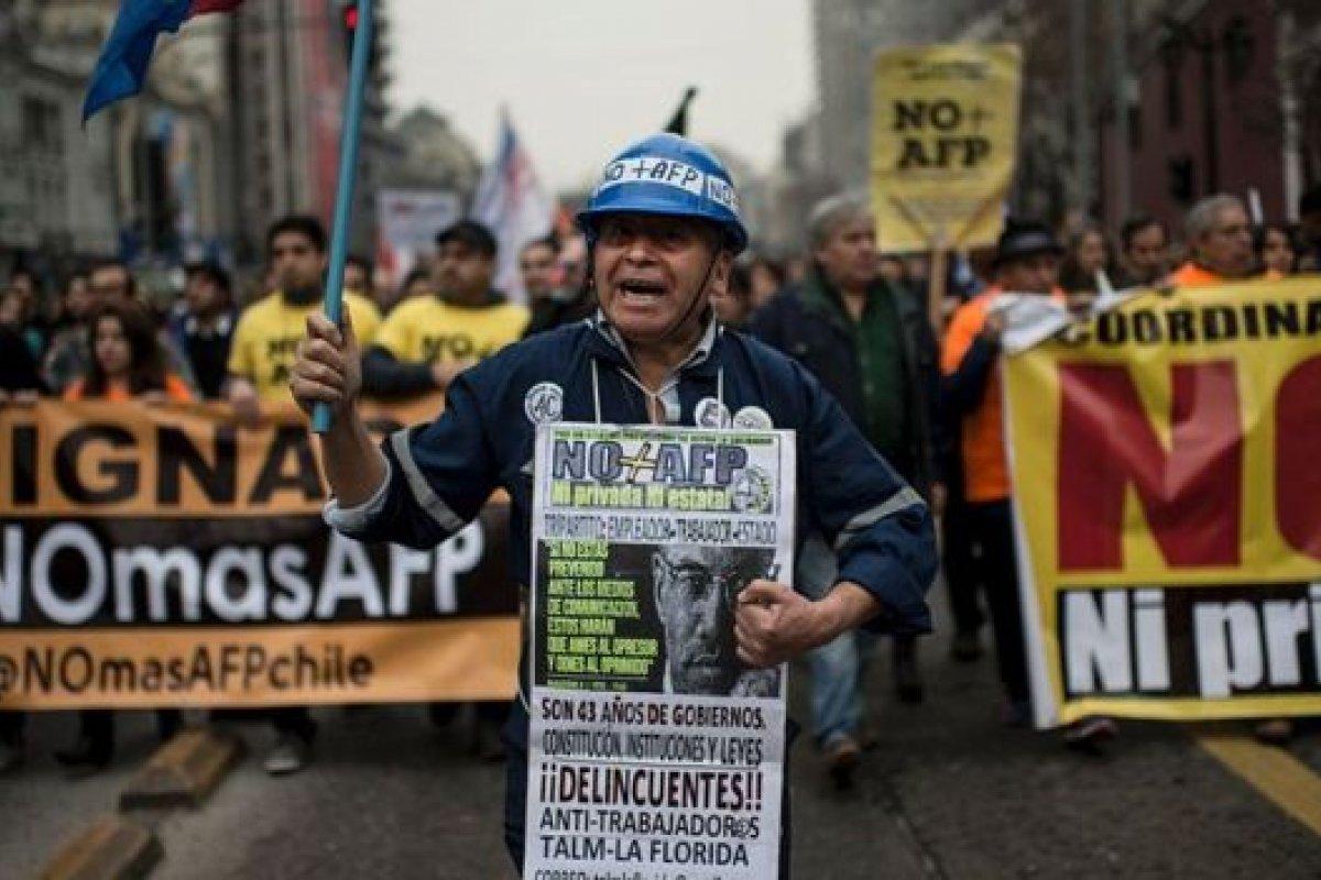 El monto de las pensiones que reciben los chilenos es menor al salario mínimo.