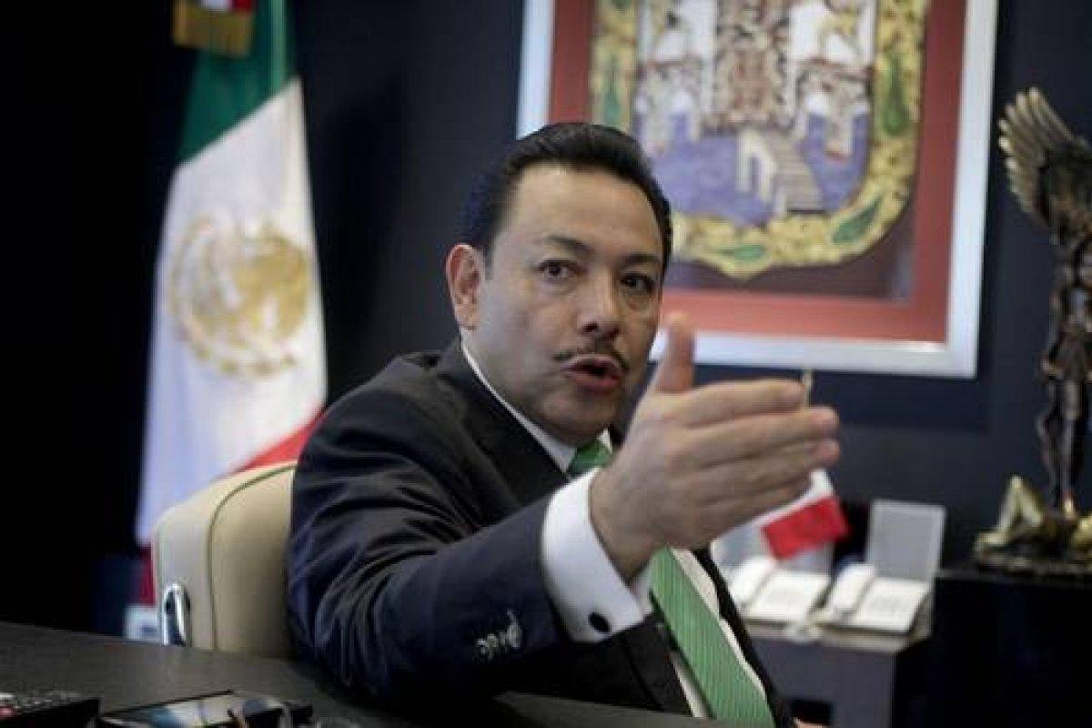 El titular de la Semovi, Héctor Serrano, dice que la ley le impide decir dónde están 130 millones de pesos (y ya se va de campaña).