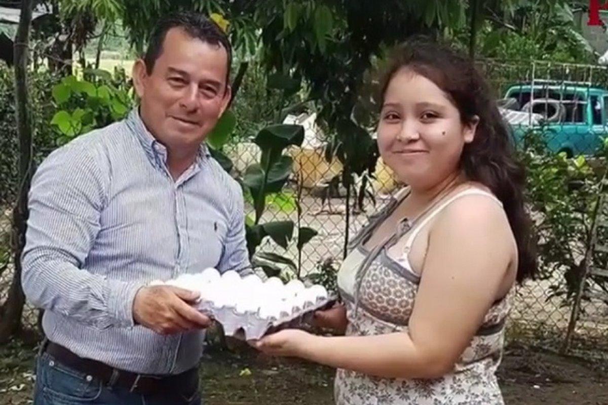 El diputado Luis Alberto Campos presume que vendió huevo a bajo costo.