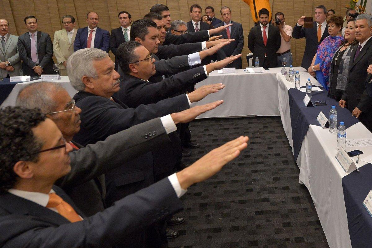Rafael Moreno Valle y Eruviel Ávila también repartieron notarías antes de terminar sus gubernaturas.
