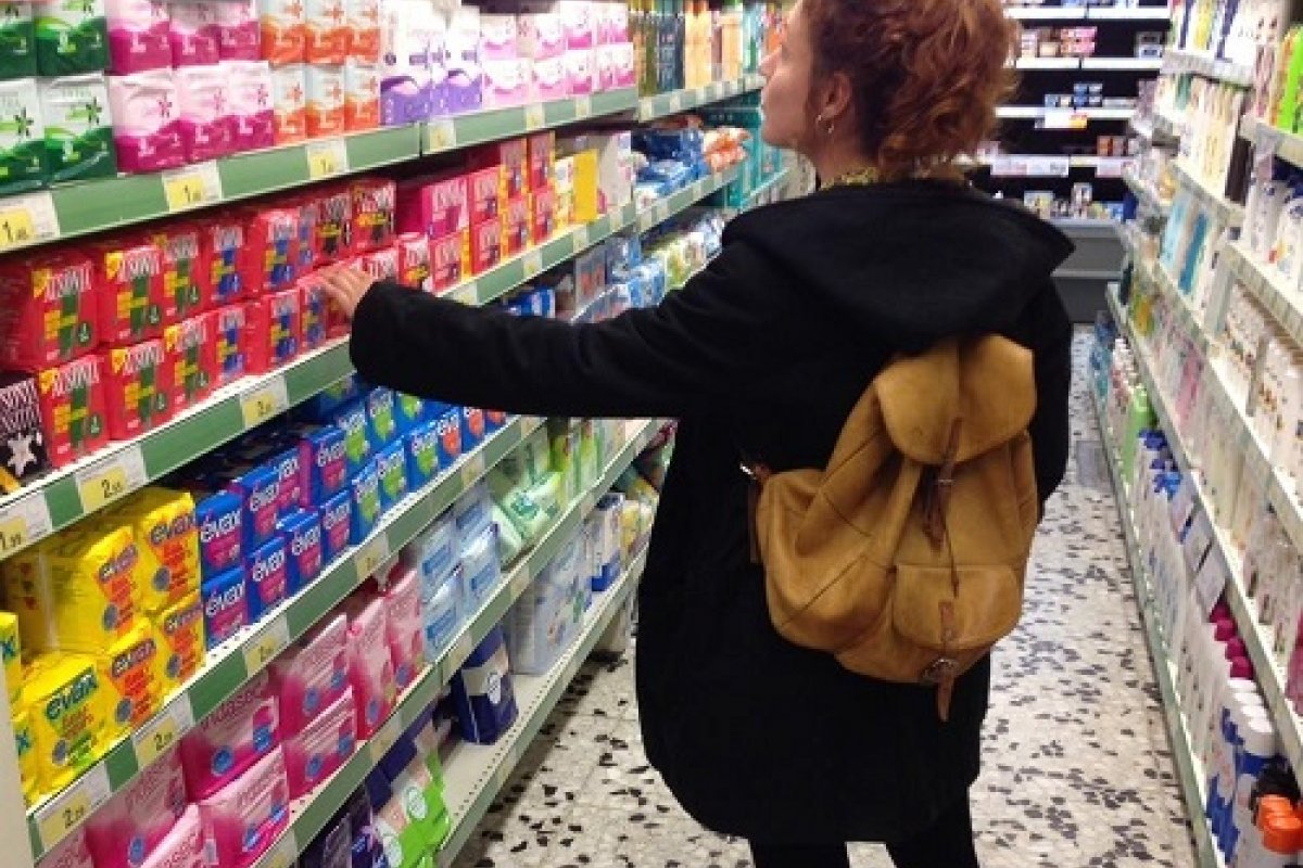 Una mujer adquiere productos de higiene menstrual aproximadamente por 40 años.