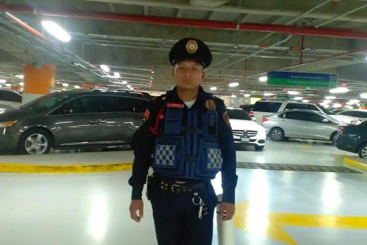 """""""…si lo ve felicítalo ya que regresó 10 mil pesos que se encontró en el estacionamiento del lugar donde presta sus servicios"""". mencionan a través de Twitter."""