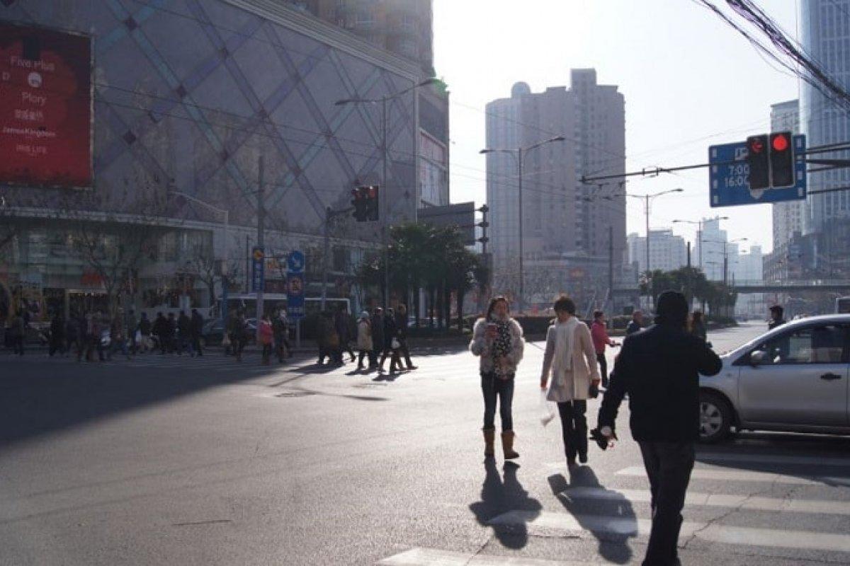 Los peatones en la ciudad China de Shenzen deberán ser más cuidadosos o podrán ser multados vía reconocimiento facial. Foto:Fredrik Rubensson