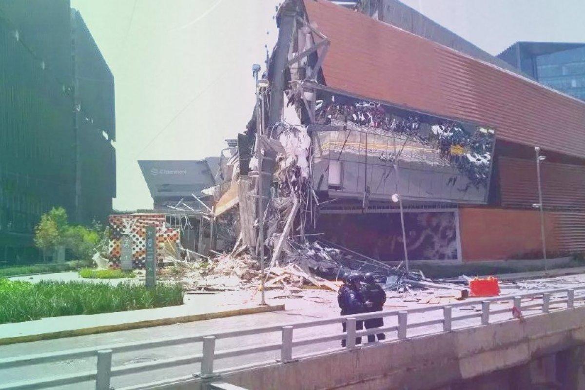 El derrumbe se registró en Plaza Artz sobre Periférico Sur